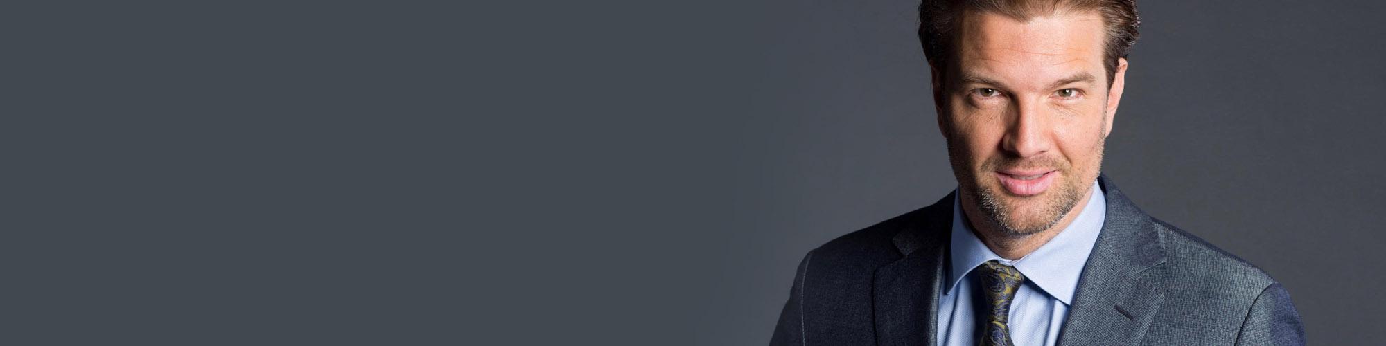 acteur Bas Muijs, kijkt in de camera