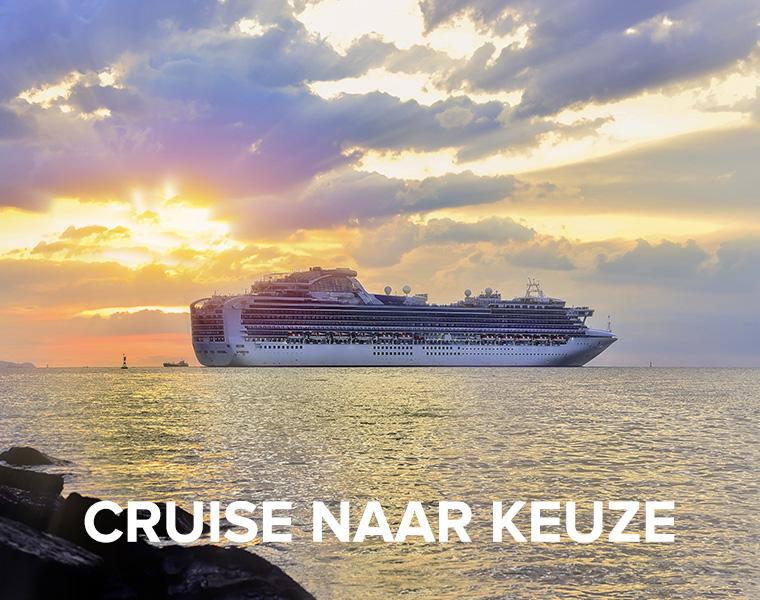 Cruiseboot bij ondergaande zon