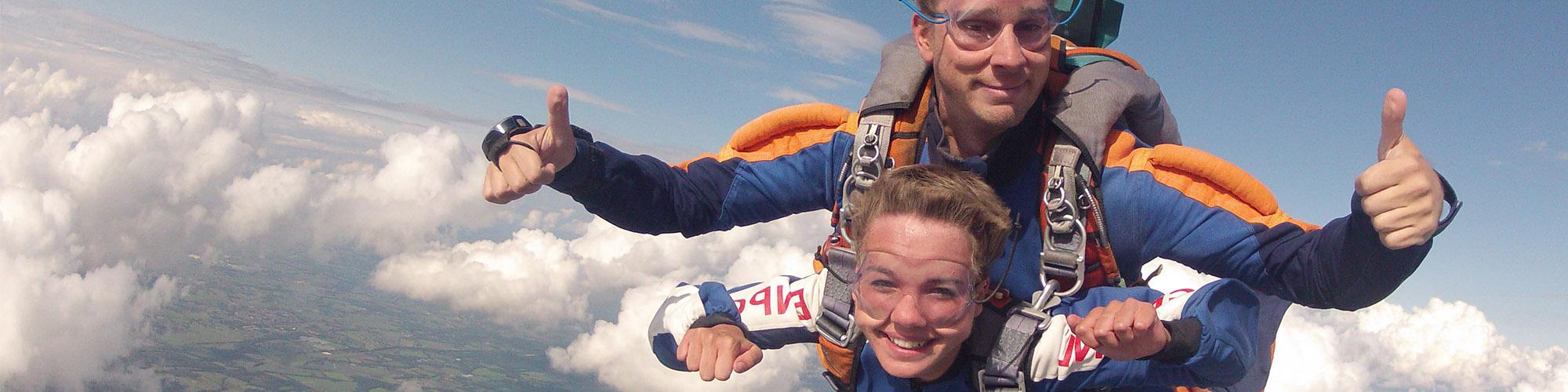 Jeugd Ambassadeur Jara, lachend in beeld, terwijl ze parachute springt